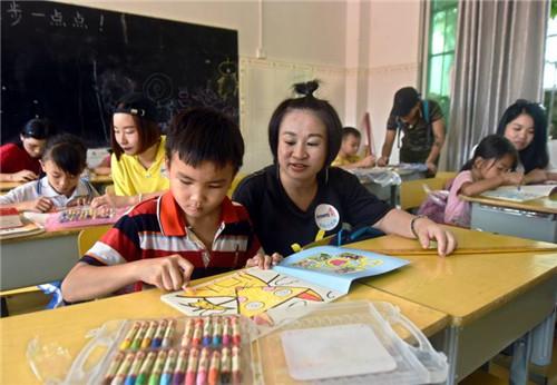 安利志愿者走进三亚市育才东方红小学献爱心