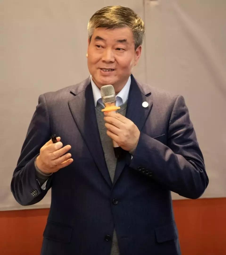 三八妇乐科技集团董事长袁晓峰在会上做专题报告